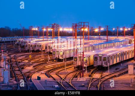 Die Greenwood U-Bahn Yards in der Dämmerung zu sehen. Toronto, Ontario, Kanada. - Stockfoto