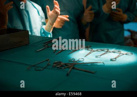 Chirurgen in einem OP-Saal - Stockfoto