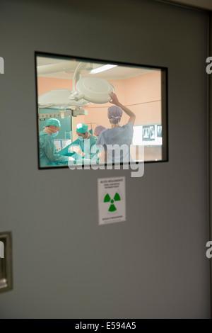 Ärzteteam ein Patient in einem OP-Saal in Betrieb - Stockfoto