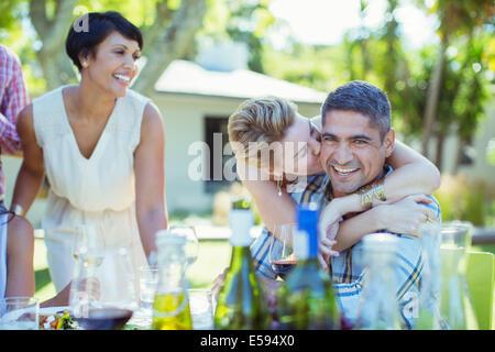 Paar küssen am Tisch im freien - Stockfoto