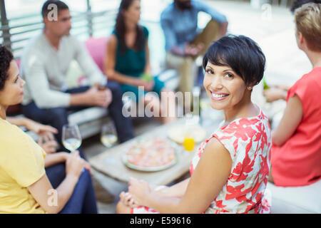 Frau lächelnd auf party - Stockfoto