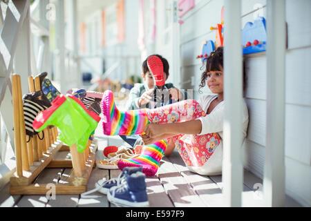 Kinder ziehen am Lackoptik auf Veranda - Stockfoto
