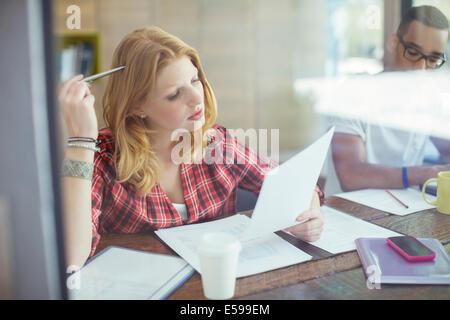 Frau arbeitet im café - Stockfoto