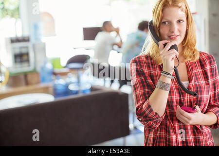 Frau am Telefon im Büro - Stockfoto