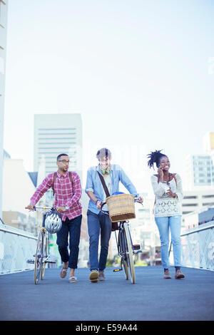 Freunde gehen auf Stadtstraße - Stockfoto