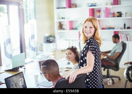 Menschen, die Arbeiten am Konferenztisch im Büro - Stockfoto