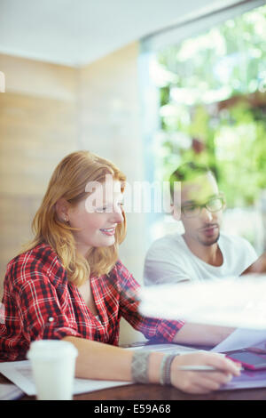Menschen, die gemeinsam im café - Stockfoto