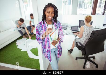 Frau trinkt Kaffee im Büro - Stockfoto