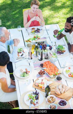 Freunde, die gemeinsam im Freien essen Stockfoto