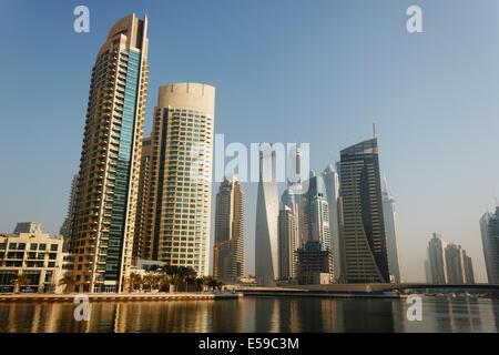 DUBAI, Vereinigte Arabische Emirate - 13 NOVEMBER: Moderne Gebäude in Dubai Marina, am 13. November 2012, Dubai, - Stockfoto