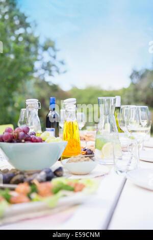 Teller mit Essen auf Tisch im freien - Stockfoto