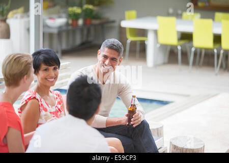 Freunde sprechen auf party - Stockfoto