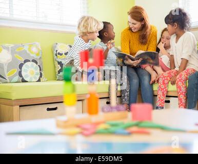 Lehrer und Schüler im Unterricht lesen