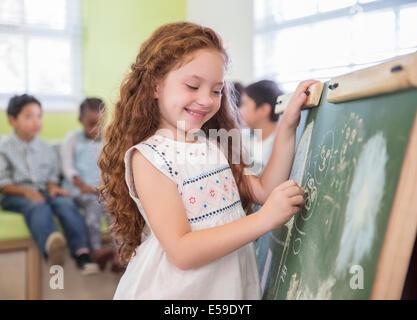 Schüler, die Zeichnung an der Tafel im Klassenzimmer