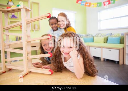 Schüler und Lehrer mit Modell im Klassenzimmer - Stockfoto
