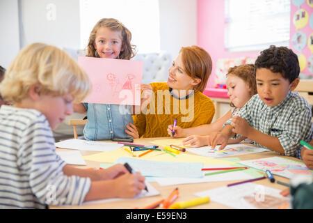 Student Angeberei Zeichnung im Klassenzimmer - Stockfoto