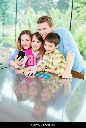 Familie Handy-Aufnahme zusammen - Stockfoto