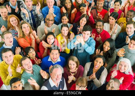 Porträt von klatschenden Menschenmenge - Stockfoto