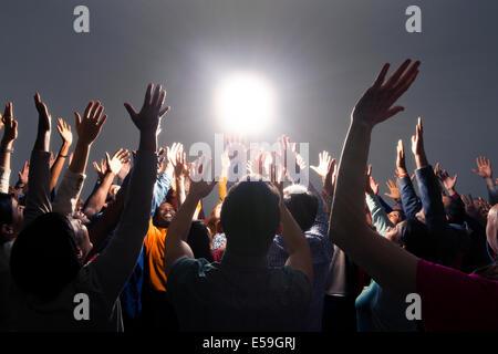 Gemischtes Publikum jubeln um helles Licht - Stockfoto
