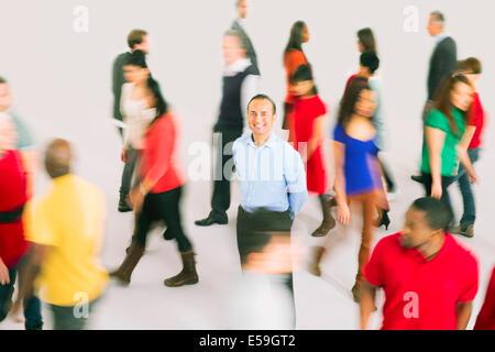 Porträt von lächelnden Geschäftsmann von der Masse abheben - Stockfoto