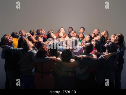 Gemischtes Publikum um helles Licht - Stockfoto