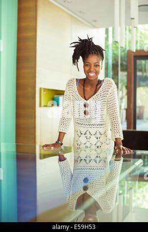Im Büro lächelnde Frau - Stockfoto