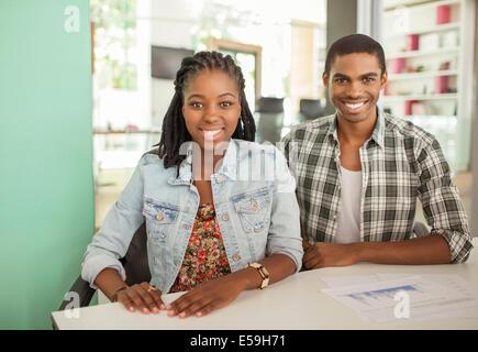 Menschen Lächeln zusammen im Büro - Stockfoto