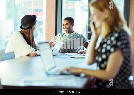 Menschen, die Arbeiten am Konferenztisch im Büro