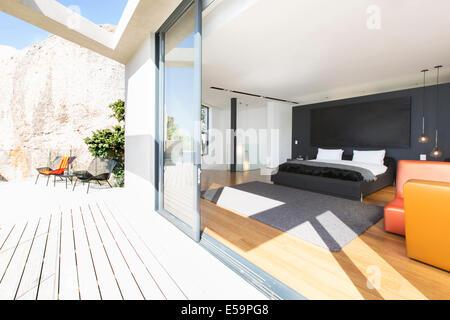 -Schiebe-Glasschiebetür auf Schlafzimmer im modernen Haus - Stockfoto