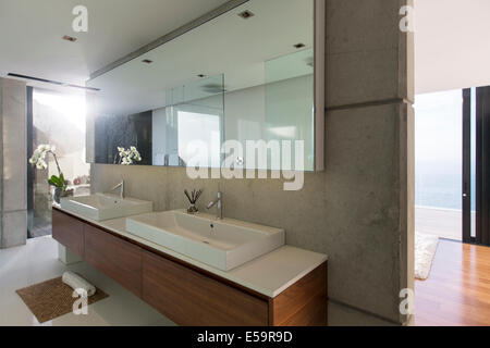 waschbecken und spiegel im badezimmer stockfoto bild 63708915 alamy. Black Bedroom Furniture Sets. Home Design Ideas