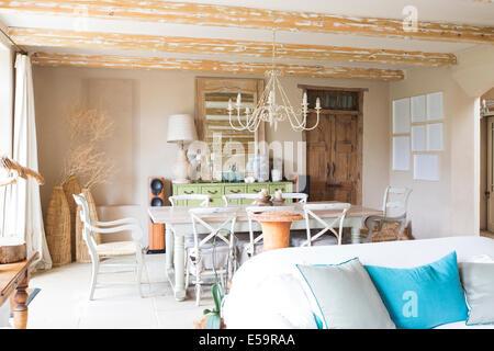 Wohn- und Essbereich im Landhaus - Stockfoto