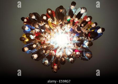 Diverse Arbeiter um helles Licht - Stockfoto