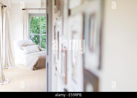 Wandbehänge und Sessel im Landhaus - Stockfoto