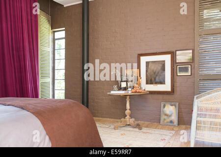 Beistelltisch und Malerei in modernen Schlafzimmer - Stockfoto