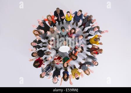 Porträt von Geschäftsleuten im Kreis halten Gedankenblase - Stockfoto