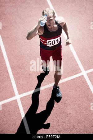 Läufer, gießt Wasser über Kopf auf dem richtigen Weg - Stockfoto