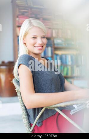 Frau im Sessel lächelnd - Stockfoto