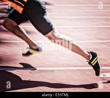 Sprinter vom Startblock auf dem richtigen Weg - Stockfoto