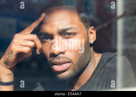 Afrikanische amerikanische Mann aus Fenster - Stockfoto
