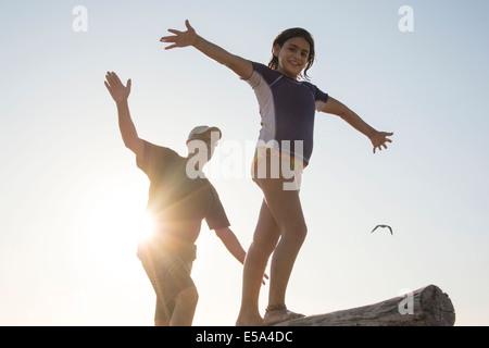 Vater und Tochter balancing auf Baumstamm