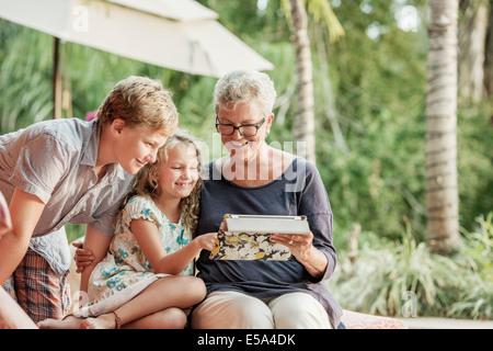 Ältere Frau kaukasischen und Enkel Fotoalbum betrachten - Stockfoto