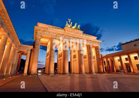 Deutschland, Berlin: Brandenburger Tor bei Nacht - Stockfoto