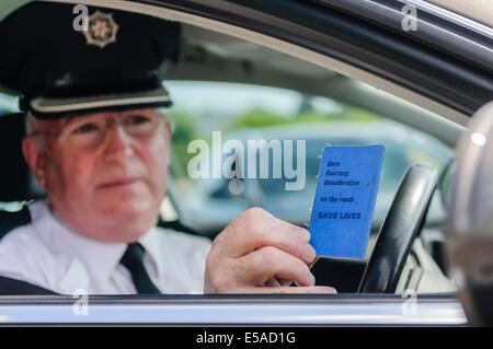 Lisburn, Nordirland. 25. Juli 2014. -Superintendent Gerry Murray zeigt eine altmodische fahren Führerschein Credit: - Stockfoto