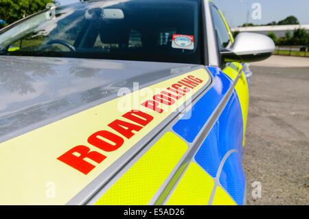 """Lisburn, Nordirland. 25. Juli 2014. -""""Road Policing"""" auf der Motorhaube eine Einheit Verkehrspolizei patrouillieren - Stockfoto"""