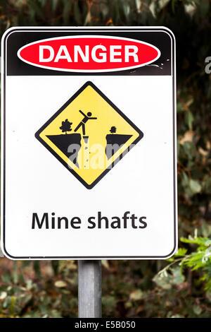 Warnschild in Australien, Goldmine Ausgrabungen mit vielen versteckten Wellen Hill End Australien - Stockfoto