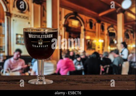 Glas mit Trappistenbier Westvleteren - beste Bier der Welt gebraut in der Sint-Sixtusabdij / Abtei des Heiligen - Stockfoto