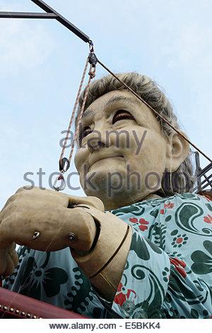 26. Juli 2014. Die Großmutter Riese, Teil der spektakulären Riesen Parade durch die Straßen der Stadtzentrum von - Stockfoto