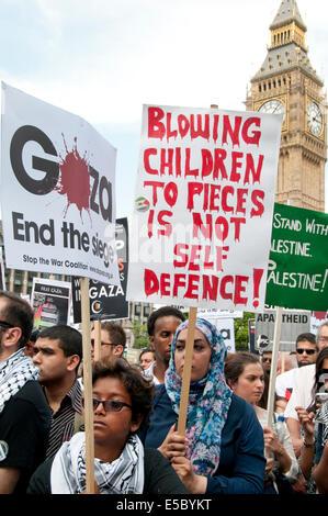 Demonstration gegen die israelische Bombardierung des Gazastreifens, eine Gruppe von Frauen halten Plakate vor Big - Stockfoto