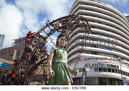 """Der Strand, Liverpool, Merseyside, Großbritannien, 27. Juli 2014. Grandma Giant"""", einen Weltkrieg ein 100-jähriges - Stockfoto"""