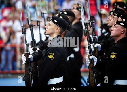 Wladiwostok, Russland. 27. Juli 2014. Pazifik-Flotte Marine Männer nehmen an der russischen Marine Day Parade in - Stockfoto